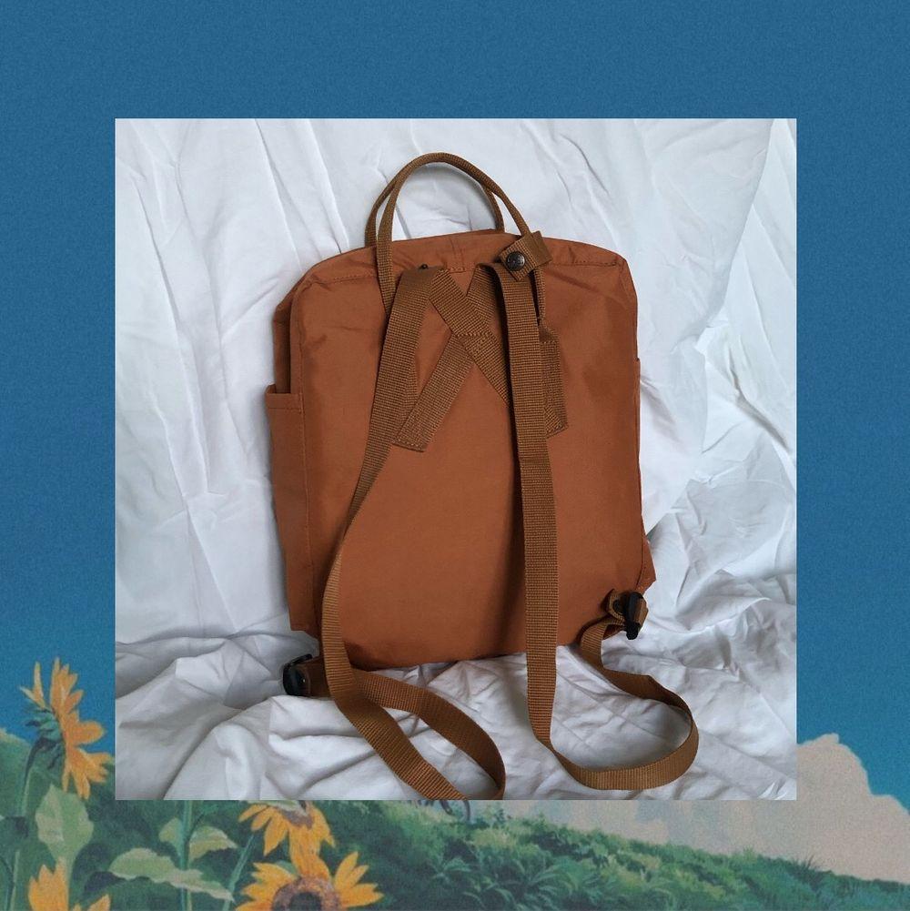 Kånken väska som jag själv broderat själv, urspungspris 995kr. Väskan är som ny och har använts sparsamt. Köparen står för frakten men kan annars mötas upp i Stockholm. . Väskor.