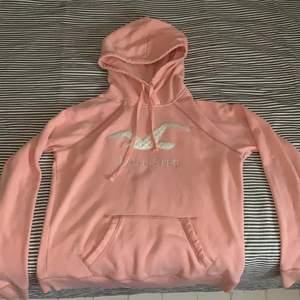 Super söt rosa hoodie från hollister. Använd ett fåtal gånger, skönt och behagligt material. Strl S. Super fint print på framsidan med fågeln o texten. Ordinarie pris ligger runt 500kr men säljs för 190kr+ frakt. Hör av dig vid intresse, pris kan diskuteras💗