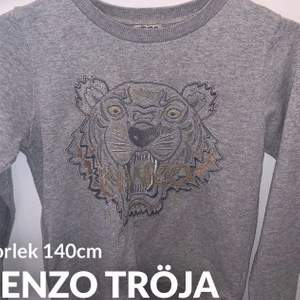 Grå kenzo tröja storlek 140 passar xxs o xs använd 3 ggr så är i nytt skick frak ingår i priset