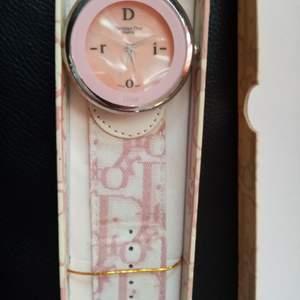 Säljer en Dior klocka.  Behövs batteri. Frakt med spårnr 49