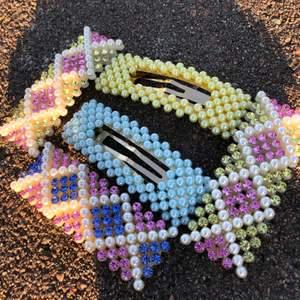 Pärl och glitter-hårspännen💖🤩Så fina till sommaren💜Olika färger, frakt tillkommer💗Finns bara ett visst antal🤍