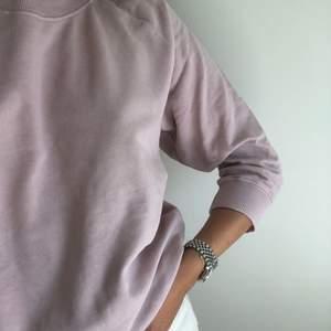 Lila sweatshirt från UO. Aldrig använd. Nypris var närmare 400kr. Storlek small (normal i storleken). Jag står för frakten (spårbar frakt på 1-2 dagar med postnord)