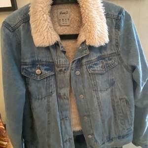 Säljer en denim jeans pälsjacka. Den är väldigt varm och go. Jag hade den under höst och vinter. Passar perfekt för vinter och höst perioden. Endast använd ett par gånger.