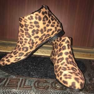 Säljer ett par leopard skor som är endast 1 gång inköpningspris på detta var 500kr. Storlek 39 väldigt fina skor att styla med.