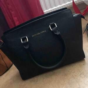 Svart Michael kors väska i väldigt fin skick säljs för en billig summa.  Sökord: hand väska, väska.