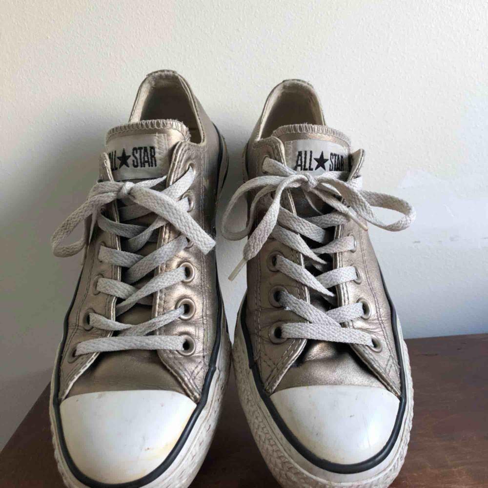 Converse i guldig nyans, Köpta från converse USA, står strl 37,5 om man kollar i skorna, men den storleken stämmer ej då de är aningen större. De passar perfekt på någon med storlek 39 (som jag har på bilderna)💞. Skor.