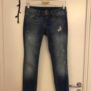 Slitna jeans från True Religion. Storlek 25 i midjan.