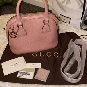 """""""Gucci mini in Light Pink Leather"""" Säljer min äkta pink Gucci väska, köpte för några år sen. Använd fåtal gånger men fint skick. Köpte 6000 ++kr säljer för 4800 kr."""