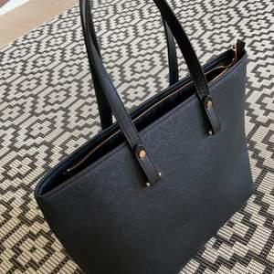 Jätte fin väska ifrån H&M! 💓nästintill aldrig använd så skicket är 10/10😄 köpare står för frakten