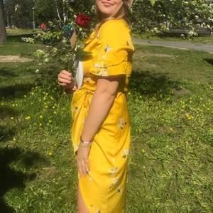En fin längre klänning i gul satin med blå och vita blommor från Sant Tropez som inte kommer till användning. Tror inte den finns kvar, originalpris 849! Använt den en gång så den är i ett helt nytt skick. 100 kr + frakt