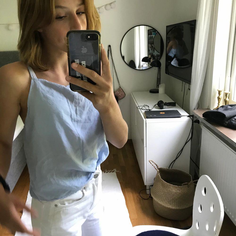 Blått blus linne som kommer från ava june i storlek 34 som sitter som en xs-s knappt använd finns knappar längs ryggen men annars är den ganska simpel och fin nu i sommar, kan mötas i Helsingborg om inte skickat jag då blir de 70+frakt pris kan diskuteras. Blusar.