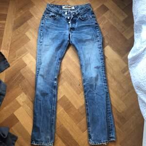 Blåa, lite utsvängda, vintage jeans från Crocker i st. 34/32 med en liten slitning på insida lår(se bild 3) säljer pga att de har blivit för små❤️