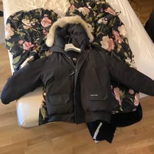 Canada goode jacka köpt på nk för 9900kr Knappt använd köpt i mars 2020