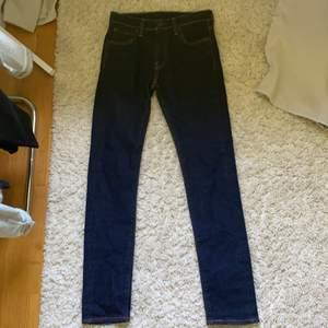 Ett par oanvända Levis jeans i färgen mörkblå. Stl S eller en större XS. Kontakta gärna om ni e intresserade!