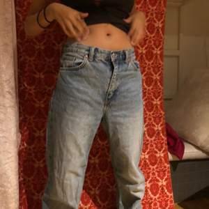 Fina trendiga jeans, använda ett fåtal gånger. Säljer då dom inte passar längre, hon som har på sig jeansen är 168cm