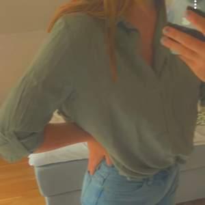 En snygg militärgrön blus/skjorta. Oanvänd bara provad. Köparen står för frakten💕