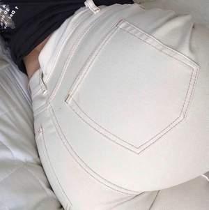 Vita vida jeans, storlek M, ordinarie pris:600kr, använda ett par gånger