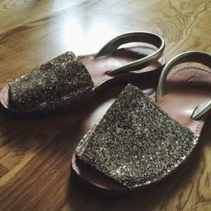 Guldglittriga sandaler i nyskick ✨✨ köpare står för frakt eller möts i Gbg