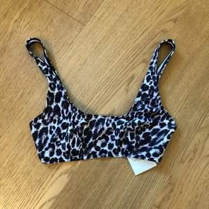 Bikini-överdel i tigermönster. Se även min andra annons med passande bikini-bottom med string. Kan ses i Sthlm city eller skickas mot fraktkostnad. Hör av dig om du har frågor eller vill ha fler bilder!