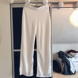 Snygga vita byxor från NLY TREND som dessvärre inte kommer till användning. De är enbart använda en gång, så de är i nyskick. Betalning via swish, frakt tillkommer.
