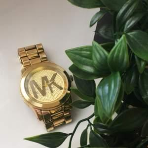 Michael kors klocka i färgen guld, köpt utomlands. Lite rostig men fint att ha som accessoar. Frakt: 40kr Vid fler frågor dma mig!:)