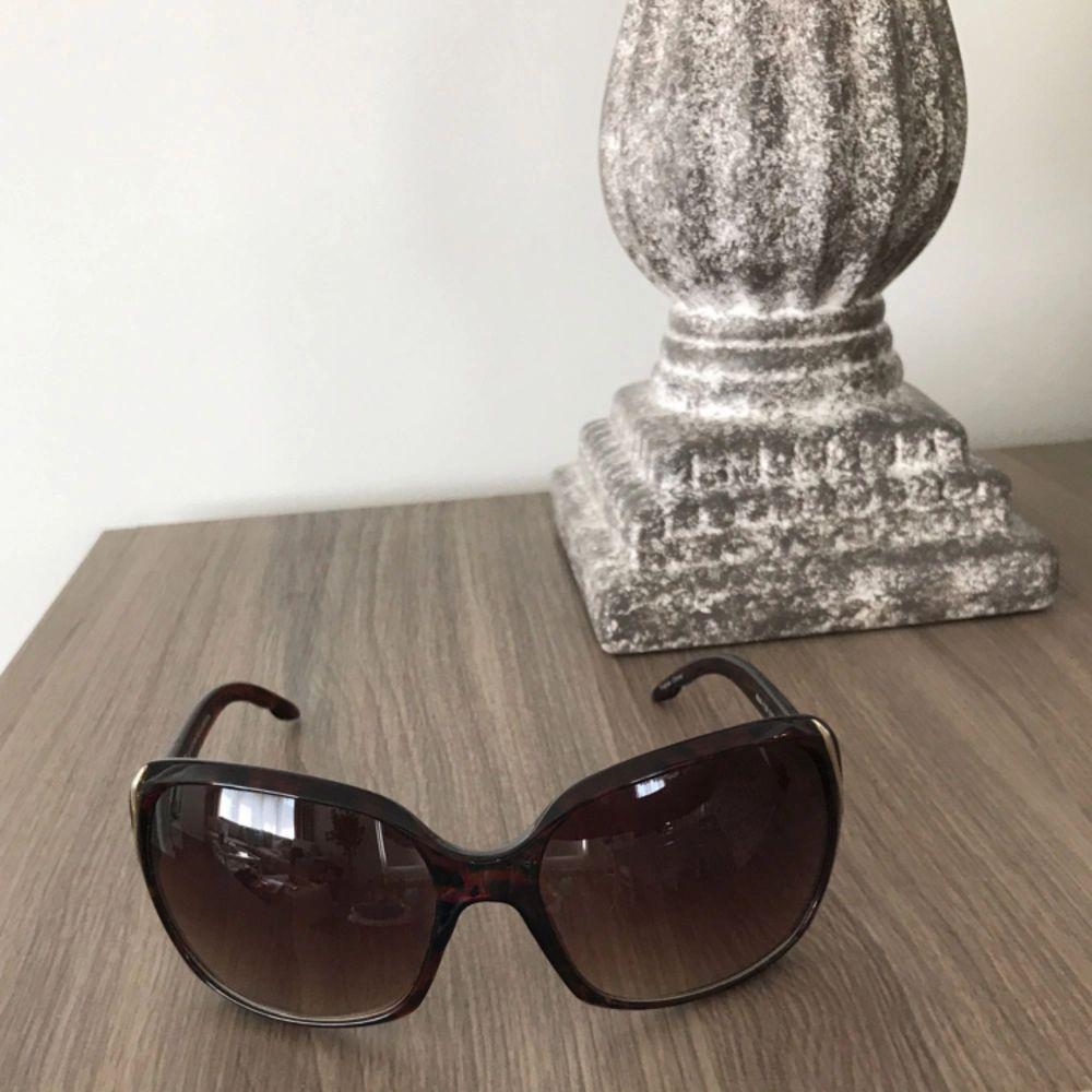 Säljer dessa solglasögon i färg svart.. Accessoarer.