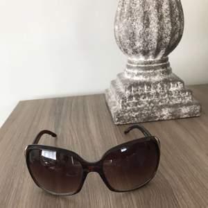 Säljer dessa solglasögon i färg svart.