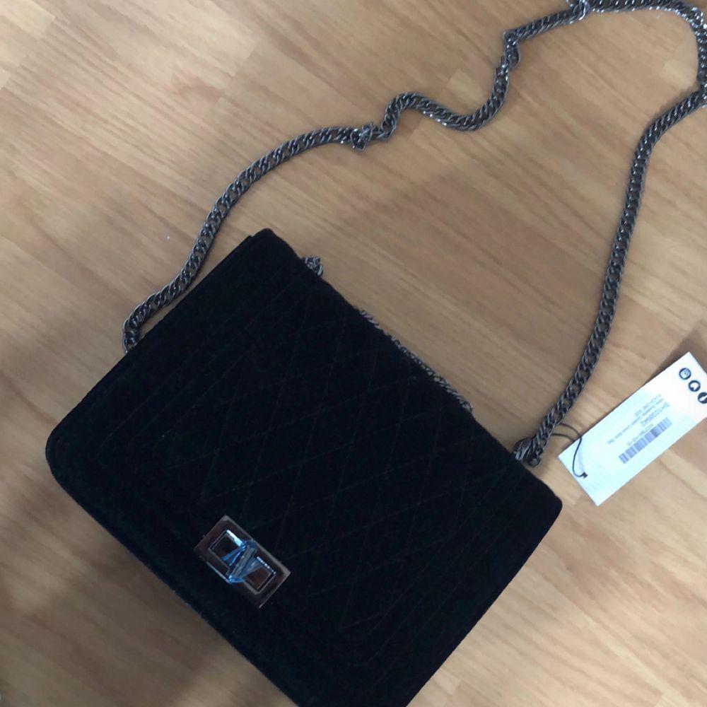 En väska jag fått i present. Har en exakt likadan, därför säljer jag den. Frakt ingår i priset. Aldrig använd, lapp finns  kvar.. Väskor.
