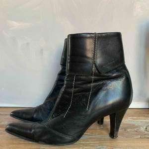 Äkta skinnskor från Vagabond i storlek 38 (Normal i storlek). De behöver lite svart skokräm längst fram vid tån. Är annars i gott begagnat skick. Snygg grön färg i innerfodret som också det är i skinn.  Frakt tillkommer alt mötas i Göteborg!