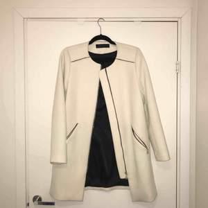 Vit kappa från Zara, superfin kvalité. Knappt använt pga inte min stil.