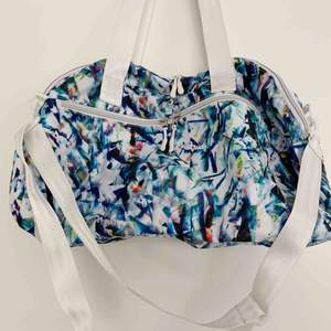 Mönstrad sportbag från SOC, rymlig med flertal fack. Justerbar och avtagbar axelrem. Använd vid ett fåtal tillfällen ✈️