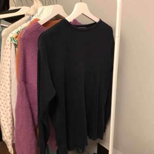 Tunt stickad oversize marinblå (färgen syns dåligt på bild) tröja. Passar till allt och är väldigt skön. Bra skick.