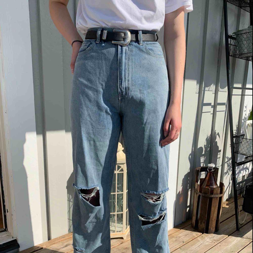 Säljer ett par snygga jeans från Boohoo som tyvärr var för stora för mig. De är endast provade en gång när jag fick hem dem + till bilden. Vida ben med snygga slitningar, långa i modellen så perfekta för oss som är lite längre! . Jeans & Byxor.