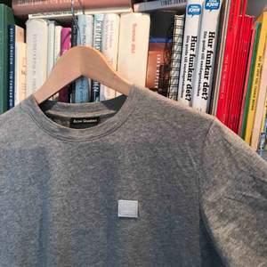 Äkta Acne t-shirt köpt i Jackie butiken för 1000kr. Väldigt lite använd, kvitto och prislapp finns kvar. Skulle även säga att färgen är lite ljusare i verkligheten då jag inte riktigt kunde fånga färgen på bild!👍🏽👍🏽