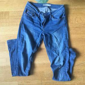 Blåa jeans från Cubus(modell GEMMA regular). Strlk. 27/29.  Litet hål under bältfliken som knappt syns.