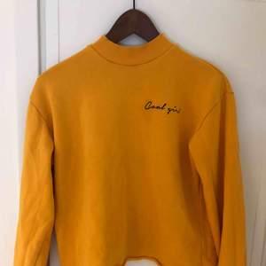Sweatshirt i en fin senapsgul färg