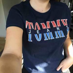 Tshirt i marinblå från tommy hilfiger, väldigt sparsamt använd. Frakt tillkommer på 20 kr, prutbar
