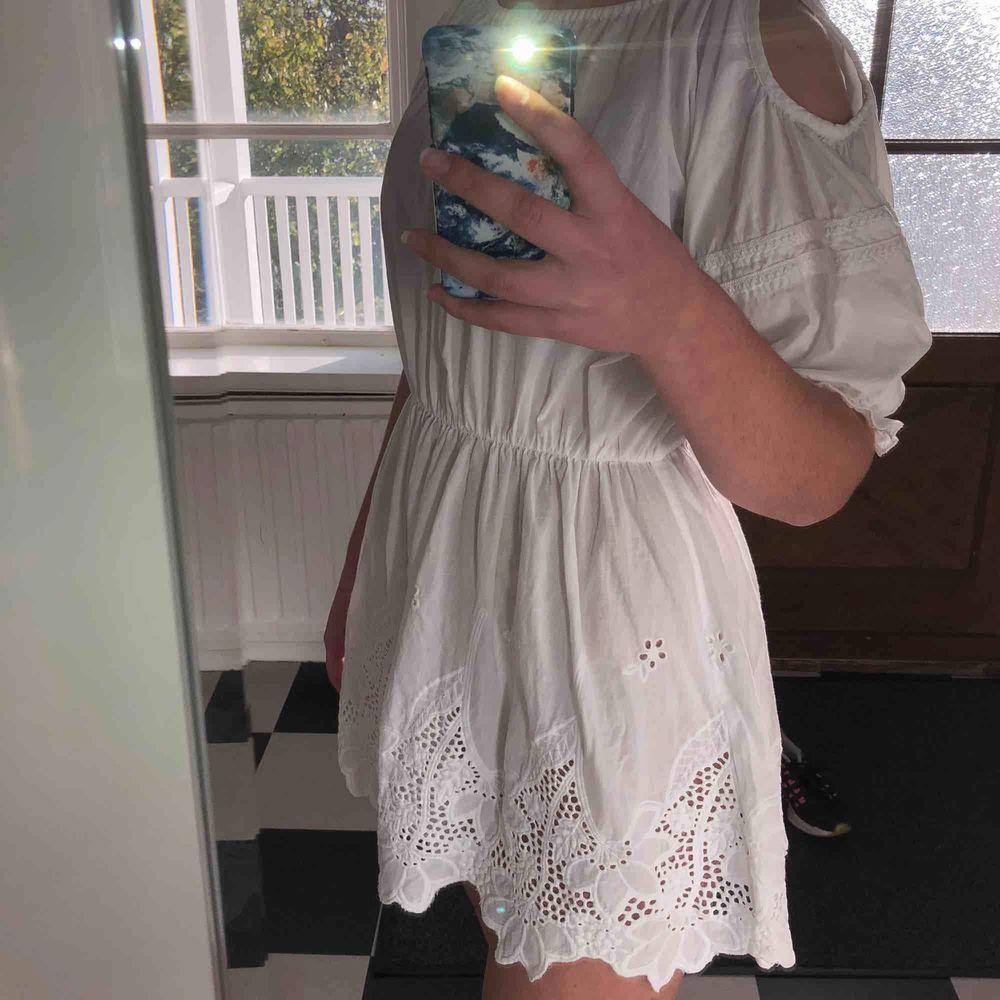 Säljer en favoritklänning som tyvärr är för liten. Märket är Lise Sandahl. Öppningar vid axeln och ett litet spänne i bak vid nacken. DM för fler bilder:)). Klänningar.