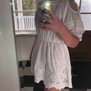 Säljer en favoritklänning som tyvärr är för liten. Märket är Lise Sandahl. Öppningar vid axeln och ett litet spänne i bak vid nacken. DM för fler bilder:))