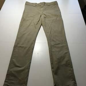 Dickies slim skinny i beige färg. Tightare byxor som är lite stretchiga.