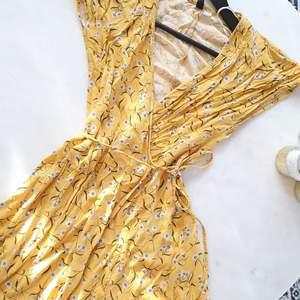 OBS! Skrynkliga...   Klänningen är oanvänd och inköpt på H&M sommaren 2019    Kan mötas upp i Huddinge, Älvsjö, Årsta, Globen & Västberga