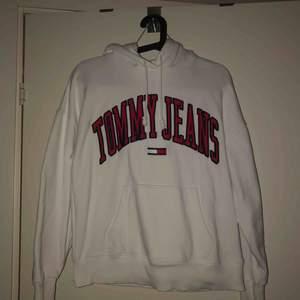 Tommy Jeans-hoodie, använd 1 gång så i jättefint skick! Strl XS, men oversize så passar S/M också. Nypris var 1000 kr, säljer för 550 inklusive frakt!