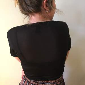 svart, halvtransparent t-shirt i mjukt o skönt material. aldrig använd 🌚