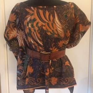 Blus i bomull med afrikanskt tryck, egen design
