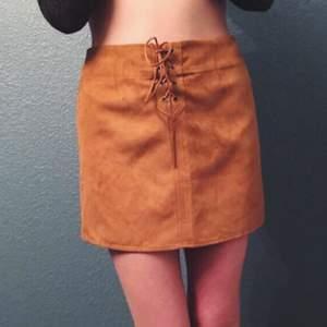 Ursnygg kjol i mockaimitation från KENDALL& KYLIE kollektion, köpt i USA. Köpt för ca 700 kr och är i nyskick! 🌺 Pris går att diskuteras. FRI FRAKT💌