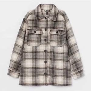 rutig jacka perfekt nu i höst och vinter! nyskick från h&m! sitter overzized 🤩✨