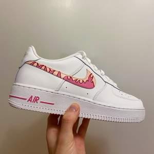 """Tar emot beställningar och handmålar skor! Här är ett par Custom Nike Air Force 1 i färgerna """"Hot pink"""" och """"Salmon"""" - Helt nya och oanvända - Handmålade - Färgen är """"Crack & water resistant"""" - Storlek 39 men passar även 38 (sålda)"""