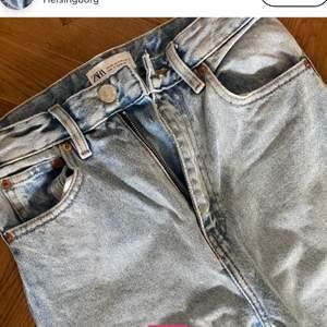 Ljusblå mom jeans från zara i storlek 34. jättefint skick. Hör av er för fler bilder med dem på och sånt❤️