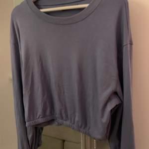 Säljer denna mjuka och tunna tröja från bikbok, är i jätteskönt material som inte är så tjockt! Kan mätas upp i Gävle/Söderhamn, annars skickas för 53kr ✨