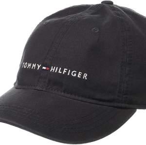 Jättecool baseball cap ifrån Tommy hilfiger i svart! Aldrig använd och säljer då den ej kommit till användning.🥰 skriv för flera bilder eller frågor💗